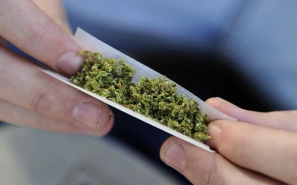 video-droguri-si-tigari-de-contrabanda-descoperite-in-casa-unui-barbat-din-rona-de-sus